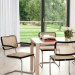 Ein zeitloser Designklassiker ist der S 64 V Stuhl, den der Designer Marcel Breuer bereits in den späten 1920er-Jahren entworfen hat und der heute wohl zu den bekanntesten Freischwinger-Stühlen des 20. Jahrhunderts zählt. Thonet fertigt die Stuhlikone, die aus einem soliden verchromten Stahlrohrgestell, einer komfortablen Bespannung aus Rohrgeflecht und hochwertigem Massivholz gefertigt ist, seit 1930. Das Sitzmöbel mit den Maßen 58 x 82 x 62 cm punktet nicht nur mit seinen komfortablen Armlehnen, sondern fühlt sich auch in den unterschiedlichsten Gestaltungswelten zu Hause. So fügt sich der Stuhl genauso nahtlos in klassisch moderne und neo-avantgardistische Wohnumfelder ein wie in liebevoll komponierte Epochen- und Stilmixe. Der Freischwinger besticht durch seine ästhetische Reduktion und das luftig-leichte Wiener Geflecht und passt damit hervorragend in Konferenzräume, Wartezimmer oder auch in den heimischen Essbereich.Der formschöne Freischwinger S64 V aus dem Hause Thonet ist auch in einer Variante ohne Armlehnen unter der Modellbezeichnung S 32 V erhätlich. Besonderheiten - exklusiver Freischwinger mit Armlehnen im klassischen Bauhaus-Stil - Material: verchromtes Stahlrohr, Rohrgeflecht, gebogenes und gebeiztes Buchenholz - Maße: 58 x 82 x 62 cm - Sitzhöhe: 46 cm - Armlehnhöhe:67 cm - Gewicht: 7,3 kg - zeitlos und komfortabel - Kunststoffgleiter sind nicht im Lieferumfang enthalten