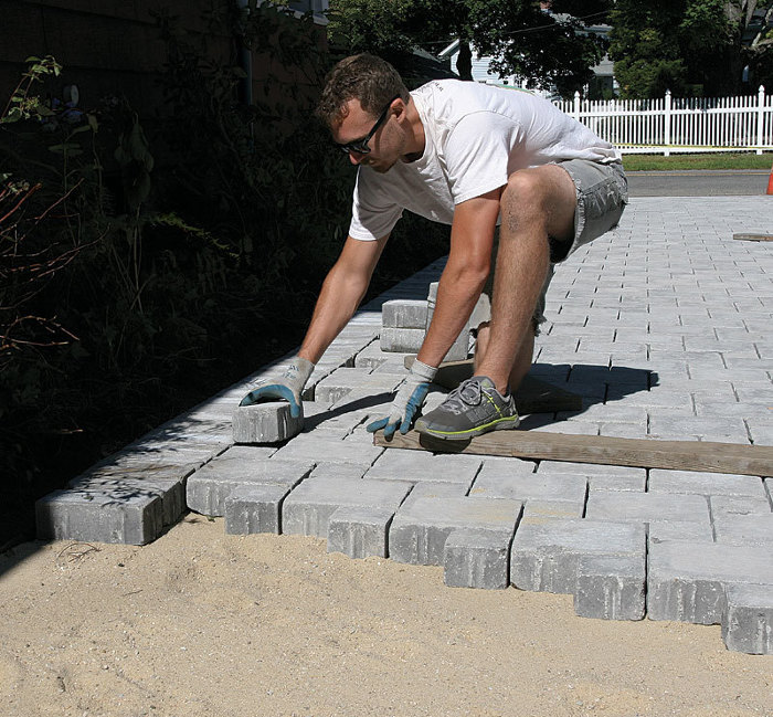 Laying Concrete Pavers - Fine Homebuildi