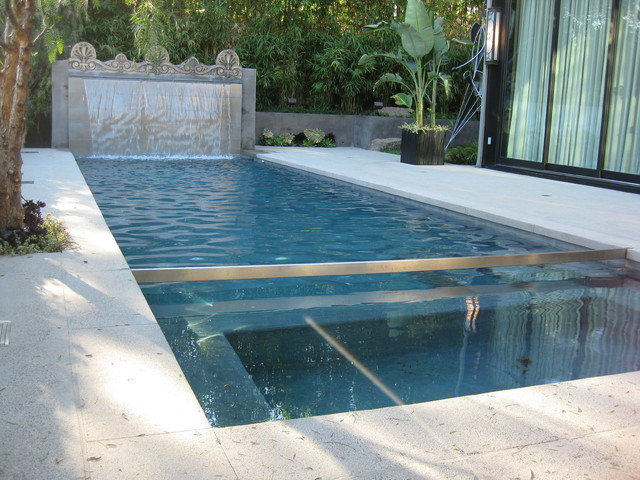 Ultra modern pool & water feature in Hollywood Hills, California .