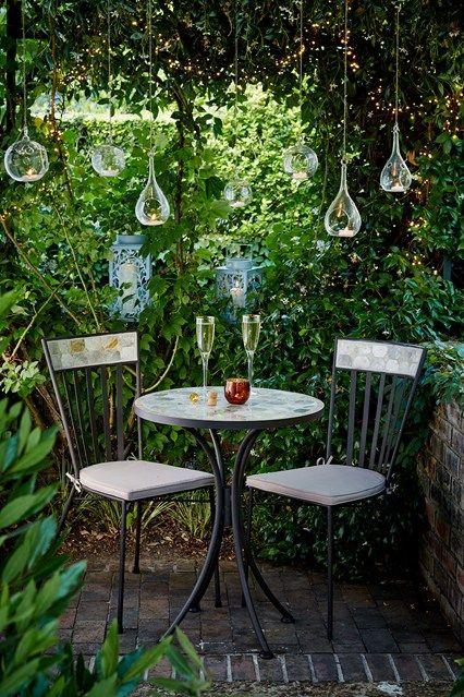 Small garden ideas | Small courtyard gardens, Garden seating .